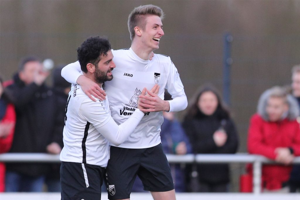Ein ungewohntes Bild: Nach seinem Wechsel spielte Simon Mors (r.) noch nicht so oft für den FC Nordkirchen.