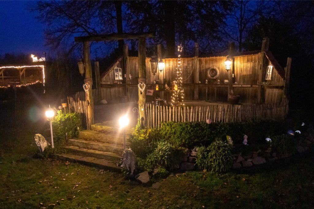 Auch die hölzerne Terrasse am Haus der Familie Selker ist im Advent stimmungsvoll beleuchtet.