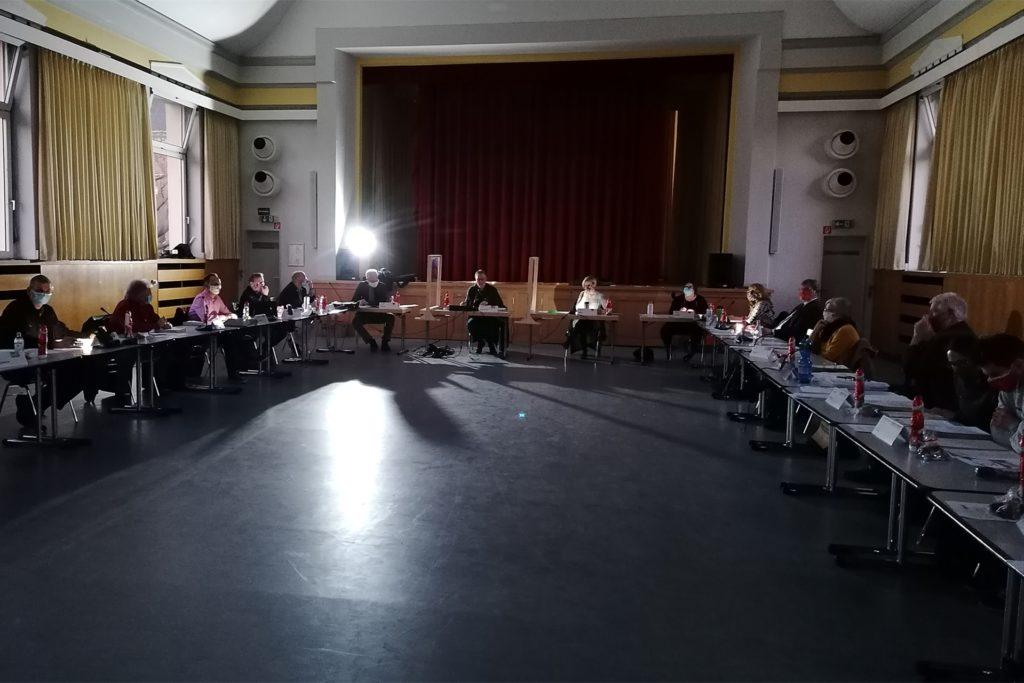 Politik im Gegenlicht. Ein Scheinwerfer sorgte vorübergehend für erhellende Momente bei der Sitzung der Bezirksvertretung Mengede.