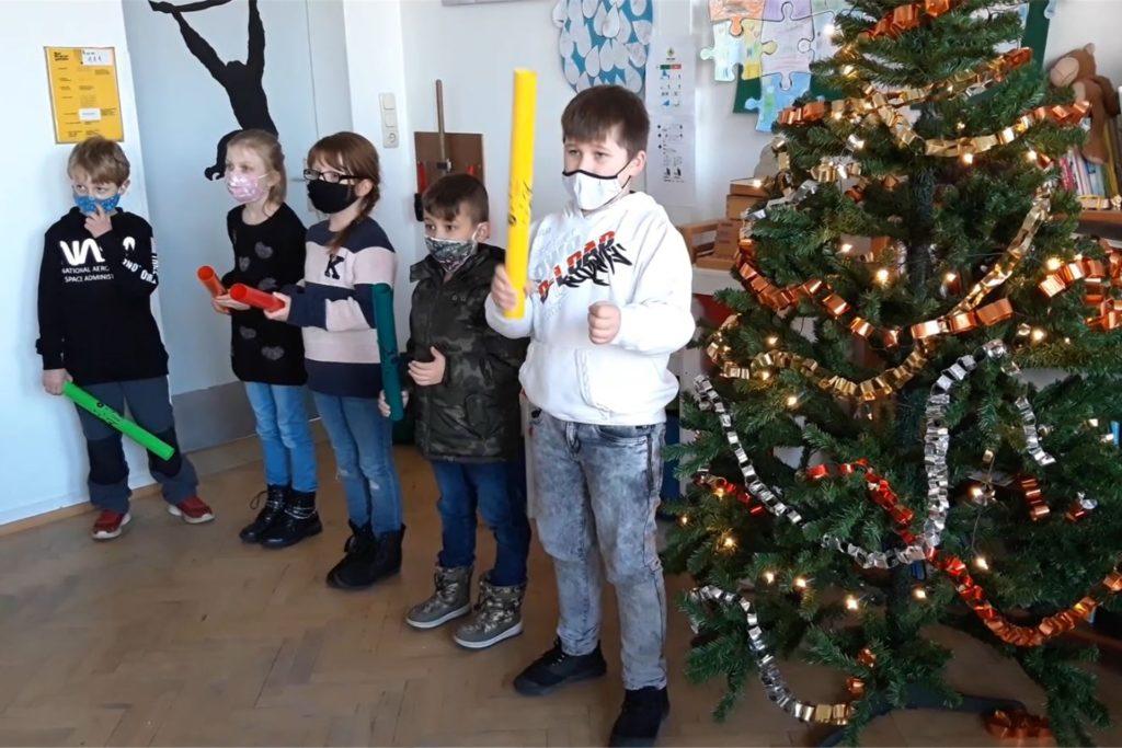 Musik vor dem Weihnachtsbaum. Eine der Aktionen zum digitalen Adventssingen.