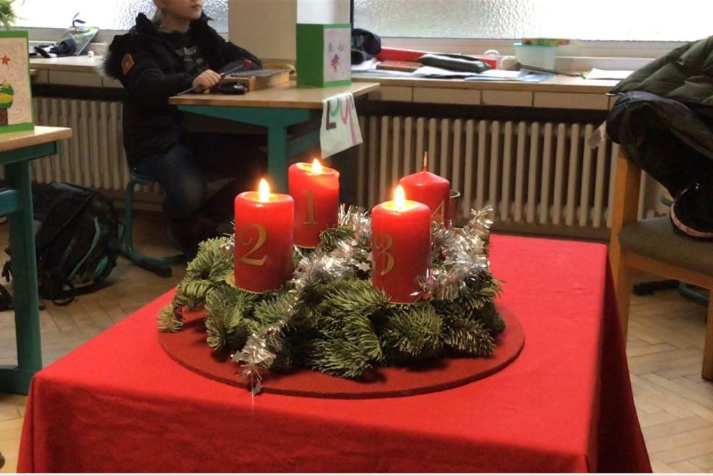 Die Klassen sind weihnachtlich geschmückt.