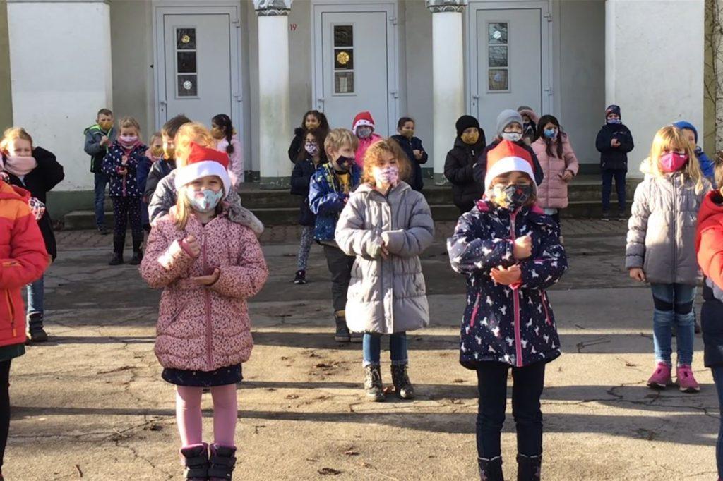 Auch vor dem Schulgebäude gab es Beiträge der Kinder.