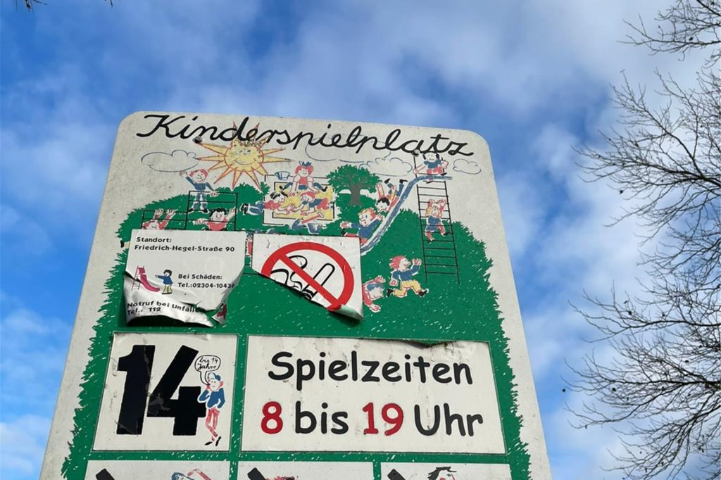 Die Schilder vom Spielplatz in Holzen will der SPD-Ortsverein hinsichtlich Alter und Uhrzeit erneuern.