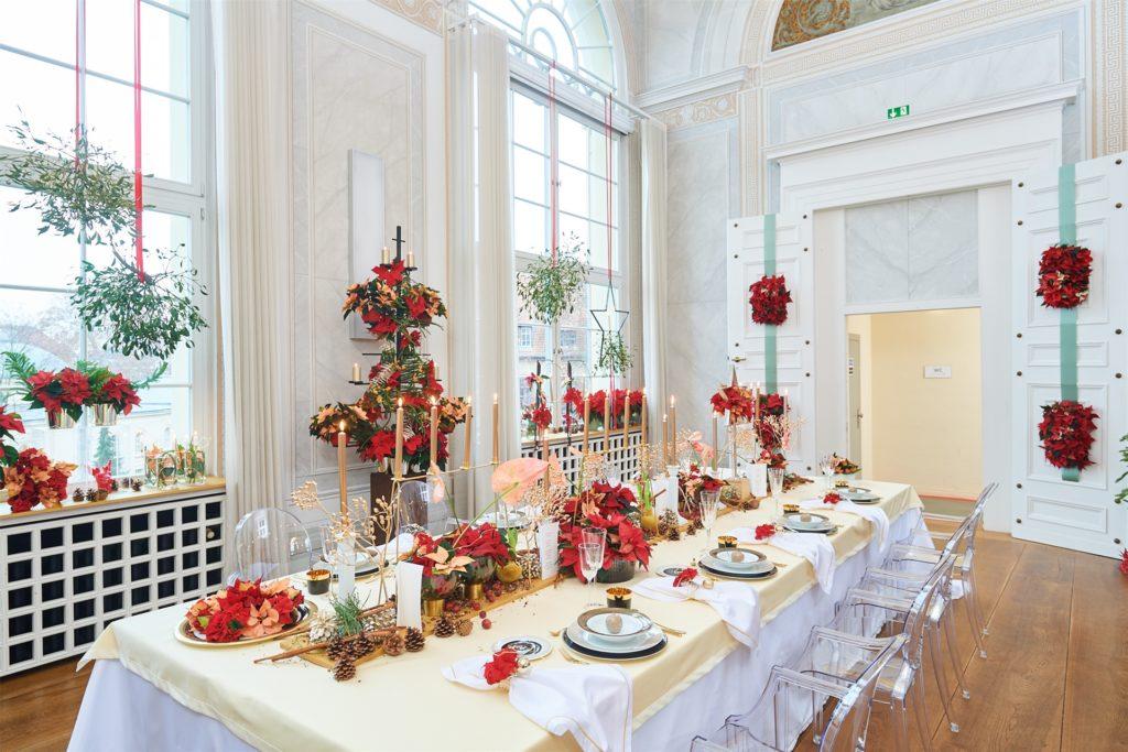 Der Weihnachtsstern eignet sich für die Dekoration der großen Weihnachtstafel.