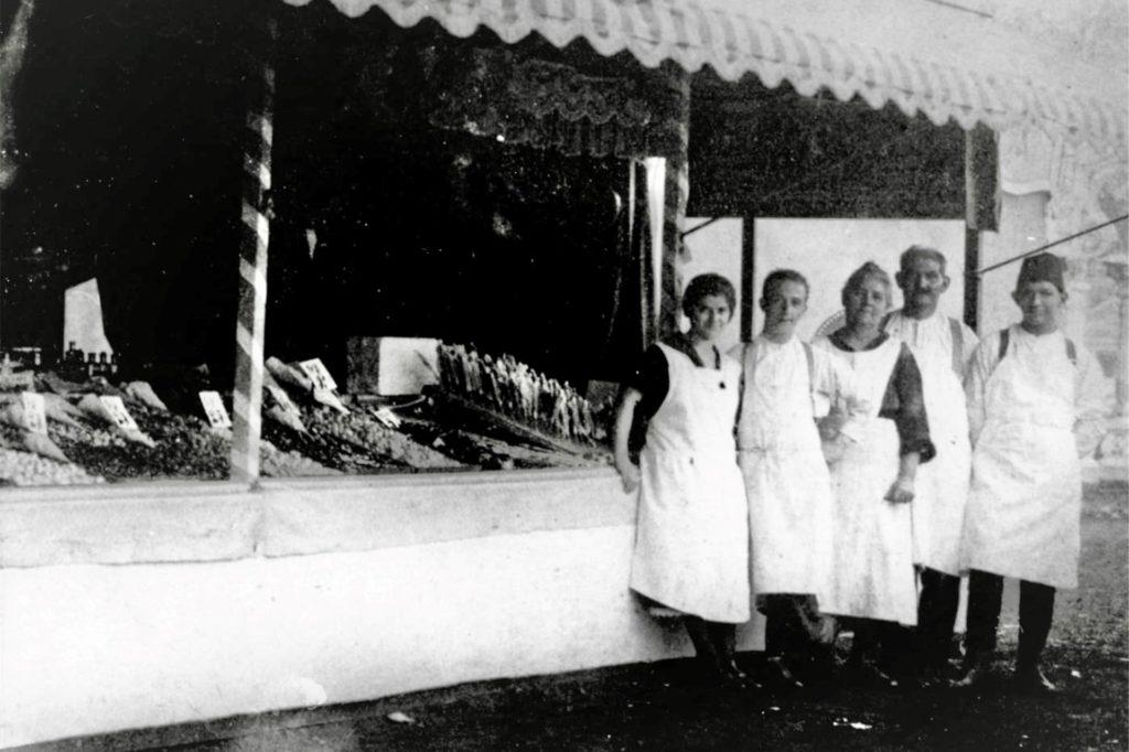 Ein Bild aus den 1920er-Jahren zeigt Familie Schmitz und ihren Bonbon-Stand.