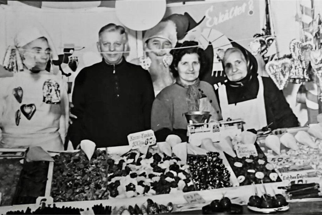 Auch in den 50er-Jahren stand man auf den Jahrmärkten und verkaufte Leckereien.
