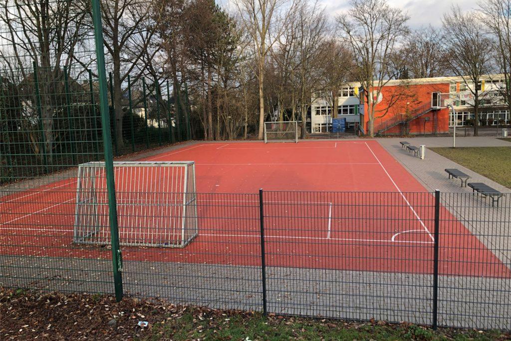 Der kleine Sportplatz an der Comenius-Grundschule soll weiterhin dauerhaft erreichbar sein - auch wenn ein Zaun den Rest der Schule sichert.