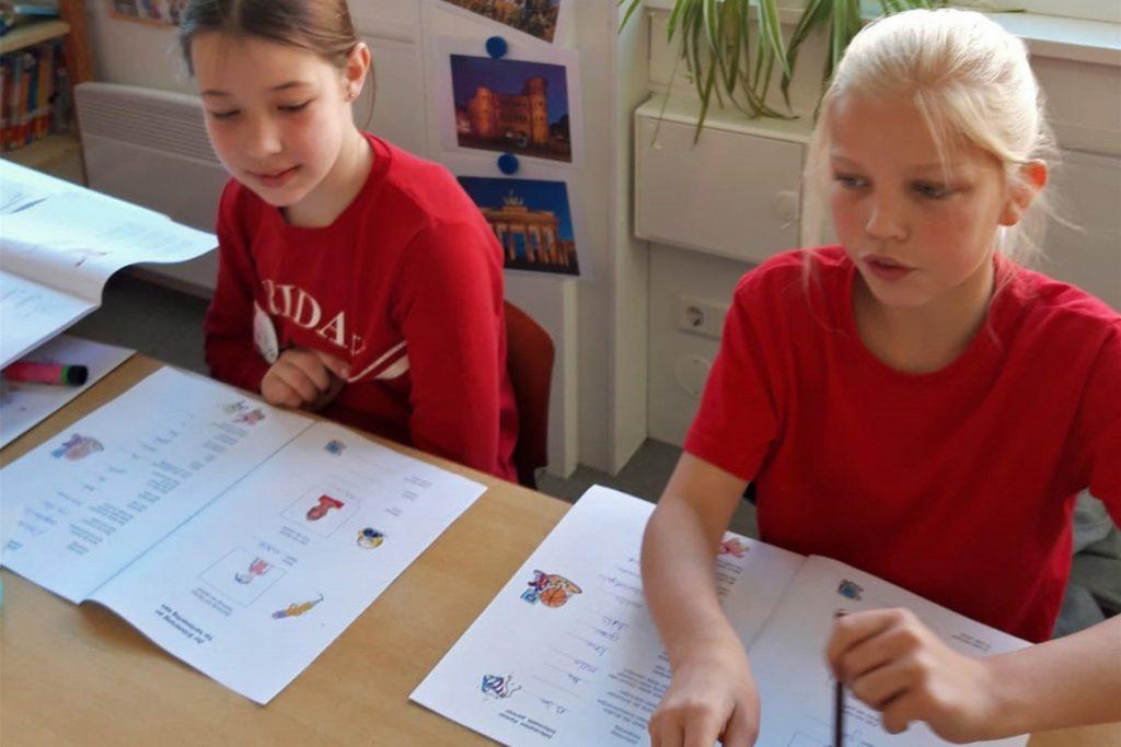 Mit einer Grundschule aus dem niederländischen Bredevoort unterhält die Vitusschule schon seit 1996 einen Schüleraustausch, bei dem die Kinder sich bei Spiel und auch im Unterricht begegnen. Das Interregprojekt hat diese Kontakte aber nochmal intensiviert und in feste Strukturen gegossen.