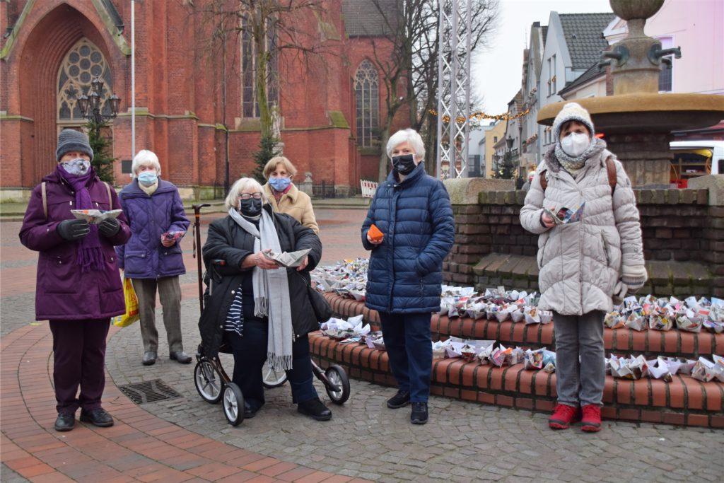 Die ev. Frauengruppe Haltern um Pfarrerin Renate Leichsenring (sitzend) klärten über Missstände der Seenotrettung auf.