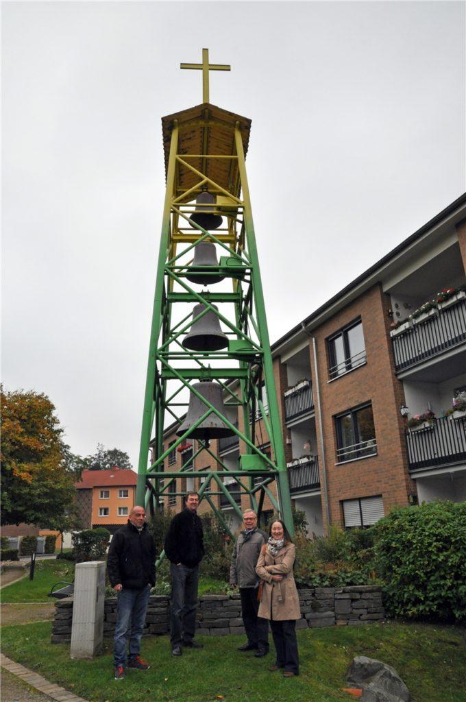 2015 gab es ein Treffen am damals noch grün und gelb gestrichenen Glockenturm: (v.r.) Presbyterin Renate Schulenberg, Kirchmeister und Presbyter Herbert Bastian, Pfarrer Udo Kytzia und Jean Marc Albert von einer Fachfirma.