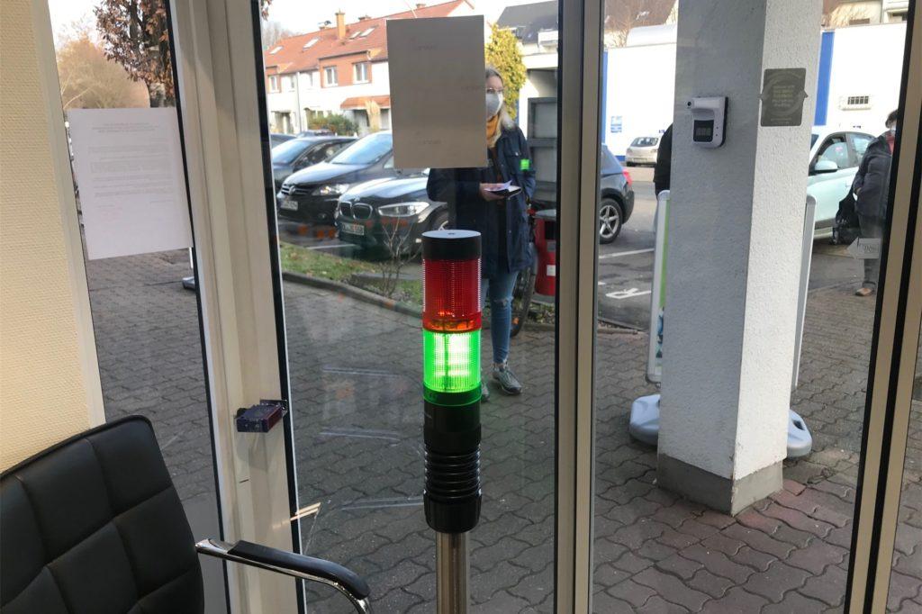 Vier Kunden sind im Verkaufsraum erlaubt. Ist diese Zahl erreicht, schaltet die Ampel auf rot.