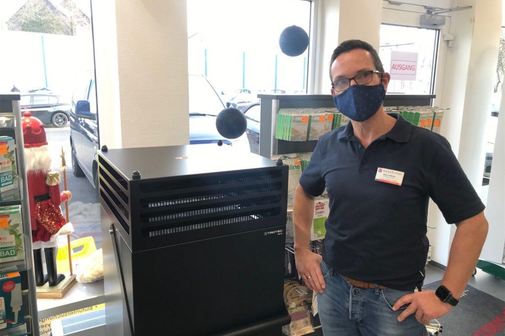 Der Trotec V+ wälzt die Luft in der Apotheke bis zu 14 Mal in der Stunde um und filtert sie.