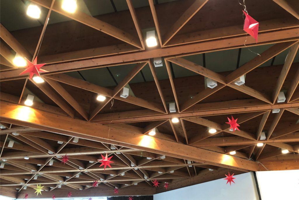 Im evangelischen Schalom-Zentrum hängt die Decke voller roter Sterne