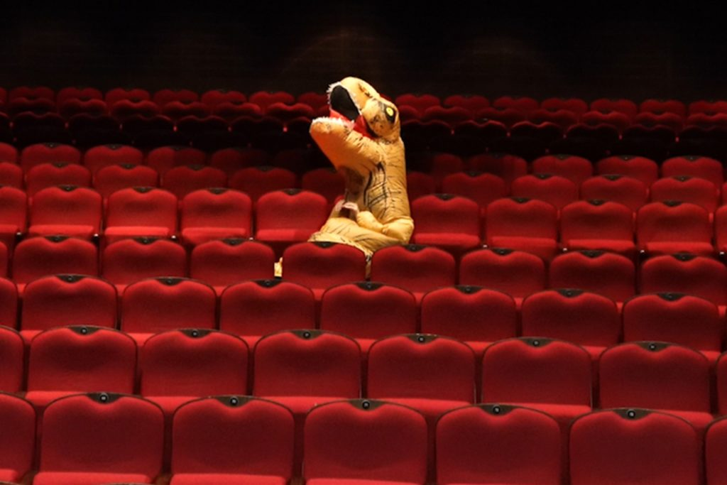 Ein Dino erobert in einer späteren Folge das Dortmunder Schauspielhaus.