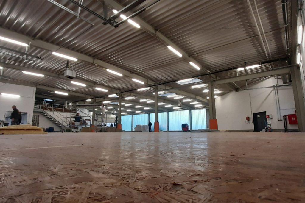 Rund 600 Quadratmeter groß ist die Fahrzeughalle des Interkommunalen Bauhofs in Nordvelen. Der Kreis lässt hier gerade das Impfzentrum errichten.
