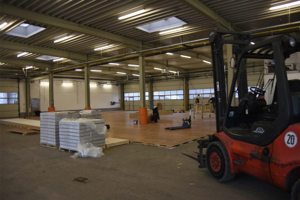 Der Holzboden liegt bereits. Bald werden Stellwände und Kabine errichtet.