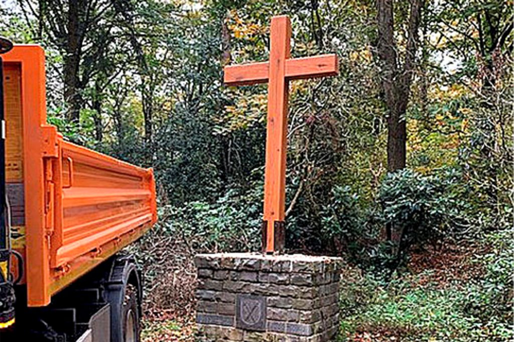 Das von Sturm Sabine beschädigte Holzkreuz ist Schwerter Wald wurde vom Bauhof neu gebaut.