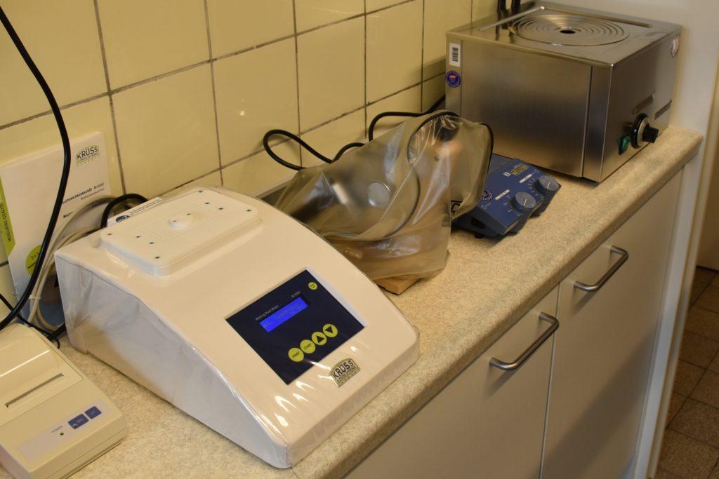 Um die jeweiligen Substanzen genau abmessen zu können, bedarf es im Labor hochsensibler Messgeräte.