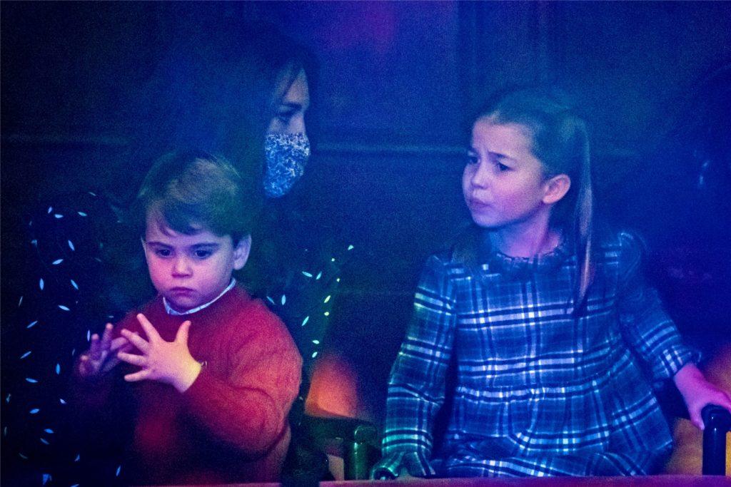 Kate, Herzogin von Cambridge, und ihre Kinder Prinzessin Charlotte und Prinz Louis schauen sich im London Palladium Theater eine Weihnachtsaufführung an.