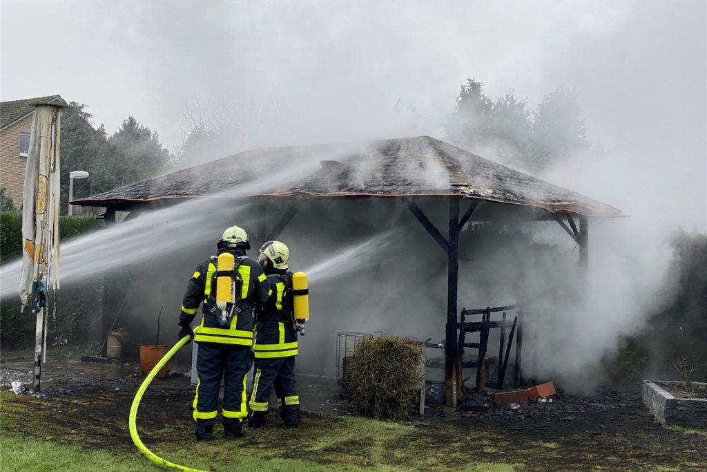 Eine Gartenhütte brannte am Samstagnachmittag komplett aus.