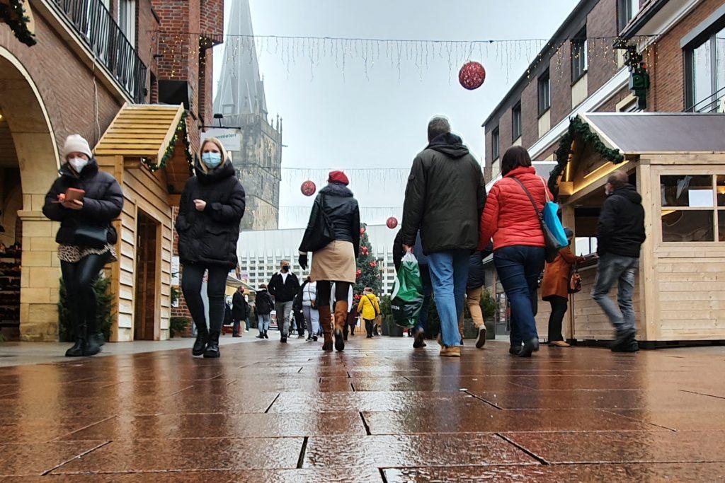 Das Wetter war bescheiden, doch das störte die Menschen beim Einkaufen wenig.