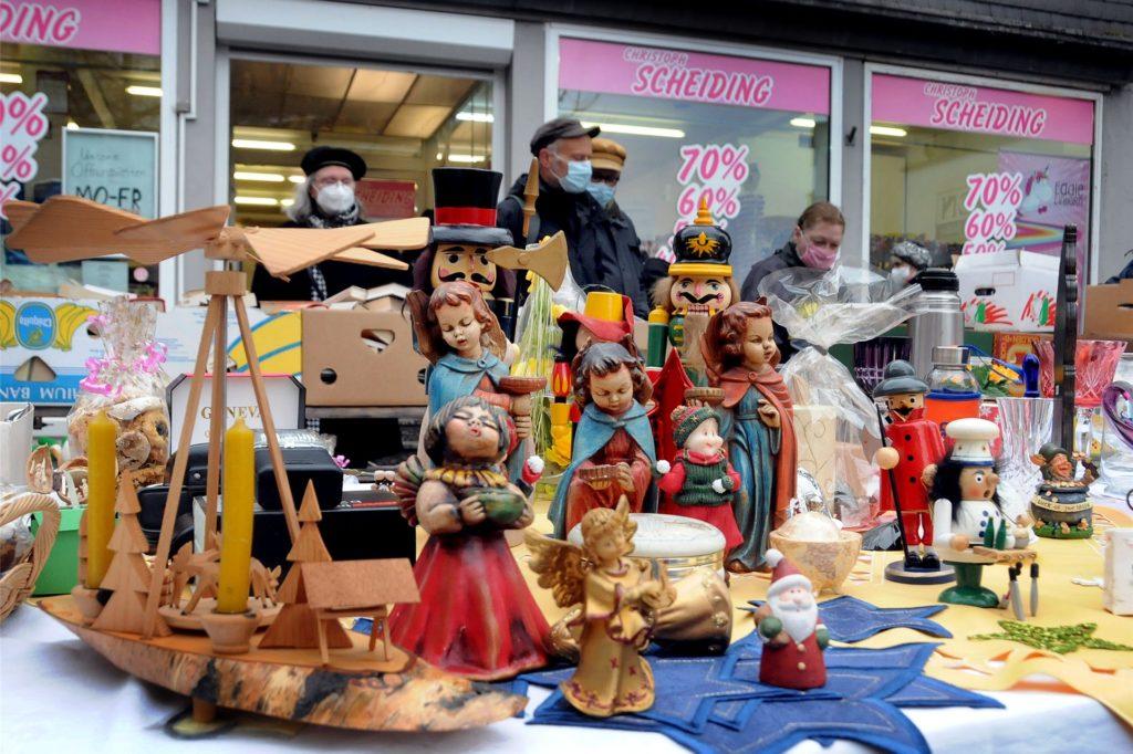 Noch schnell eine Weihnachtsdeko vom Trödelstand des Louisa-Hilfsvereins - das dachten sich viele Kunden am Samstag am Cavaplatz.
