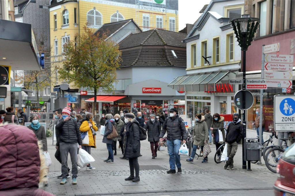 Sie trugen Tüten und Masken: Die Fußgängerzone war gut gefüllt am Samstag. Aber so ein Gedränge wie an manchen verkaufsoffenen Sonntagen gab es nicht.
