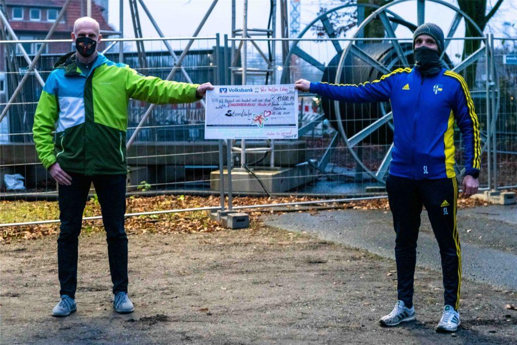 Den Scheck übergaben die Läufer an die Kinderkrebshilfe Münster.