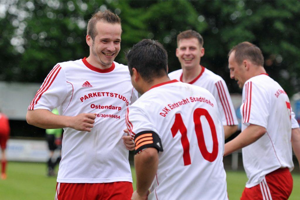 Bei der DJK Stadtlohn hat Mike Holtheuer (l.) seine Laufbahn begonnen und dort lässt er sie aktuell auch ausklingen.  Hier beim Aufstieg in die A-Liga 2016