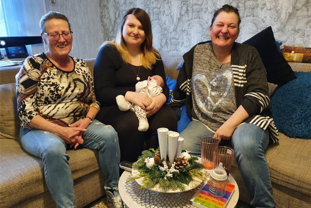 Vier Generationen freuen sich über die Geburt von Amelie: Ur-Großmutter Ute Schäfer (links), Ann-Katrin Weber mit Amelie und Großmutter Beate Weber.