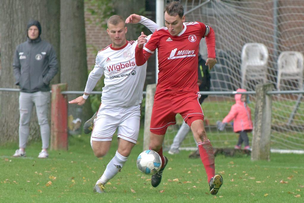 Moritz Schniedertöns (l.), aktuell spielender Co-Trainer bei Eintracht Ahaus II, zählt auch nächste Saison zum Trainerteam.