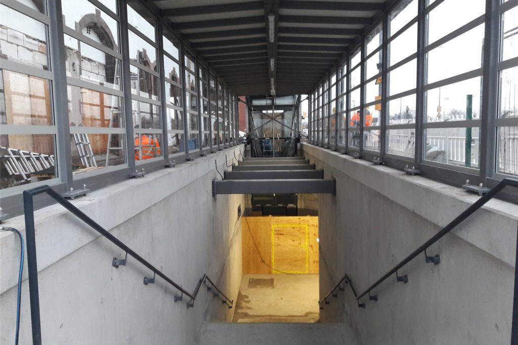 Der Eingang zur Personenunterführung ist überdacht.