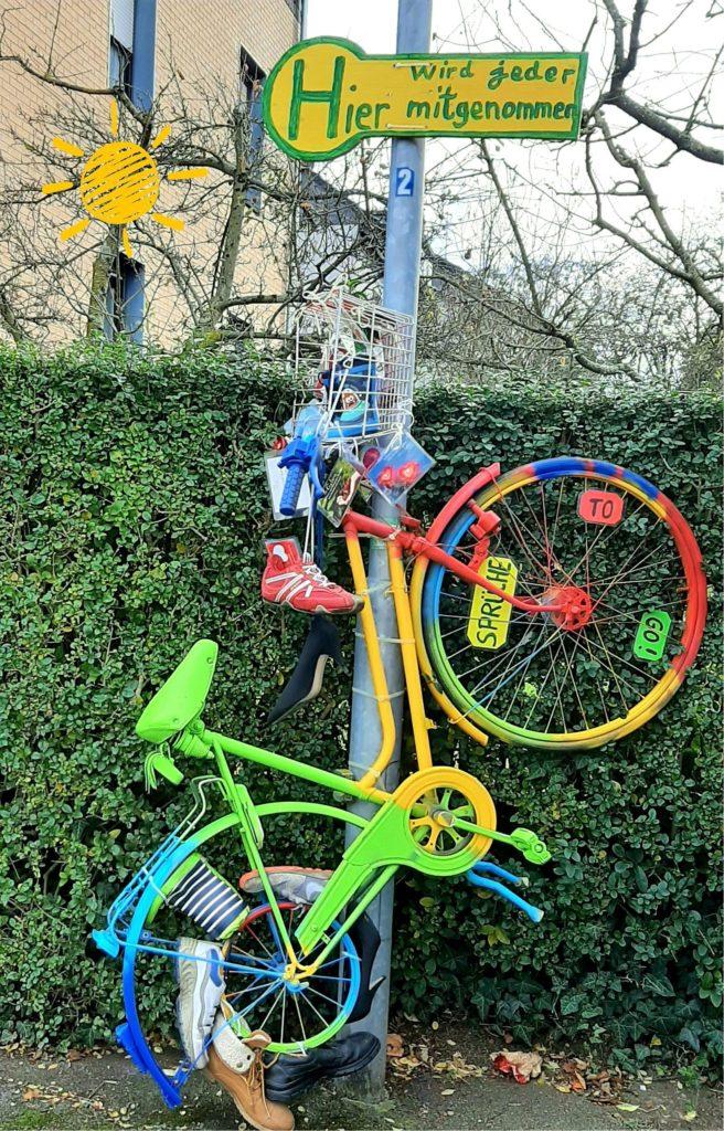 Auch ein buntes Fahrrad mit nachgestelltem Haltestellenbild ist in Persebeck zu finden. Auf dem Schild zu lesen: