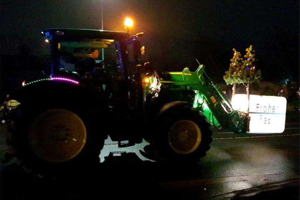 Frohes Fest auf dem Frontlader: 50 weihnachtlich beleuchtete Traktoren haben am Sonntag Landwirte durch Stadtlohn rollen lassen.