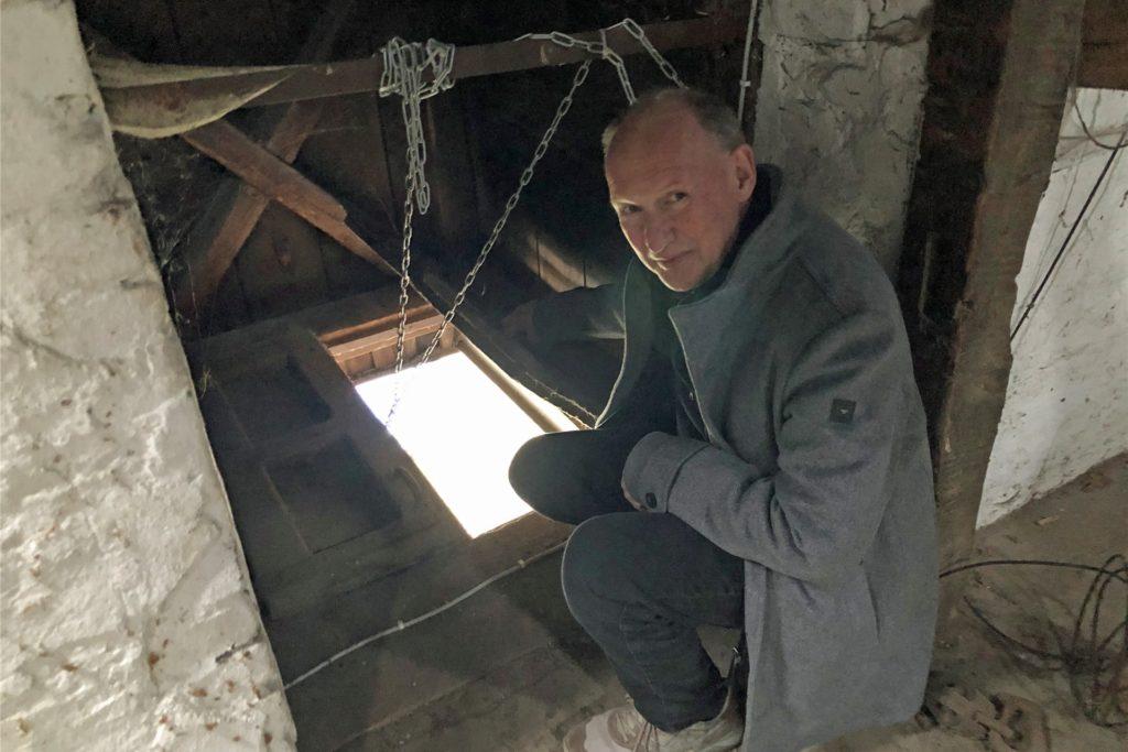 Konrad Hirschmann zeigt, wo früher die Säcke auf den Speicher gezogen wurden.