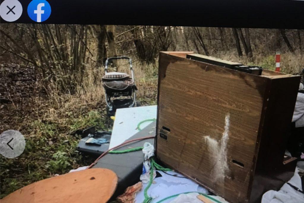 Eine Spaziergängerin hat in der Mengeder Heide den Müll entdeckt - und einen Brief. Beides hat sie auf Facebook gepostet