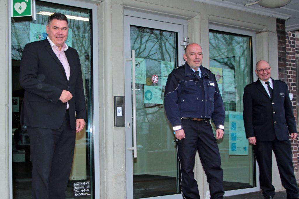 Landrat Mario Löhr (l.) und Polizeidirektor Peter Schwab (r.) begrüßen den neuen Leiter der Polizeiwache Werne, Markus Fastnacht.