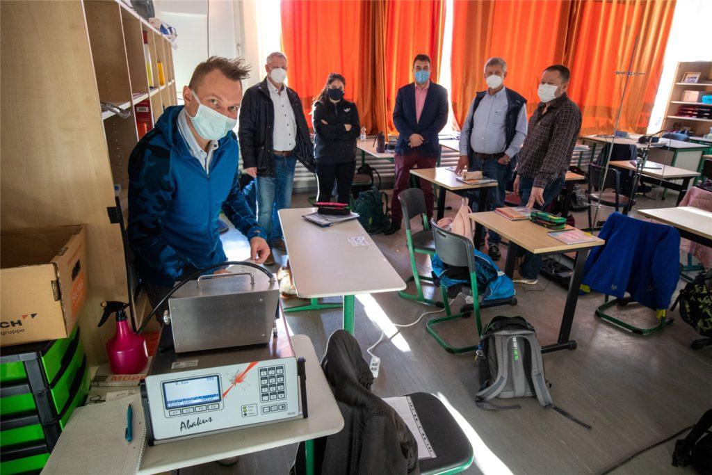 Zusammen ging die Testphase in die zweite Runde. Mit dabei (v.l.): Tobias Ott, Projektleiter für Prof. Seipp TU Gießen, Bürgermeister Dieter Berkemeier, Rojda Polat (TU),  Rektor Knut Kasche, Alfred Mennekes und Paveld Melnik (TU).