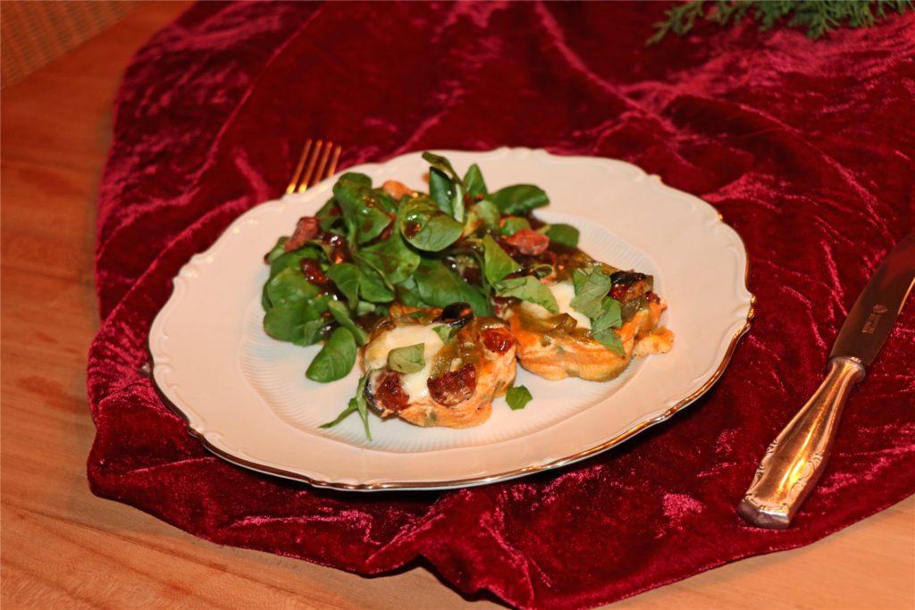 Die Vorspeise besteht aus Feldsalat mit Datteln und Nudelmuffins.