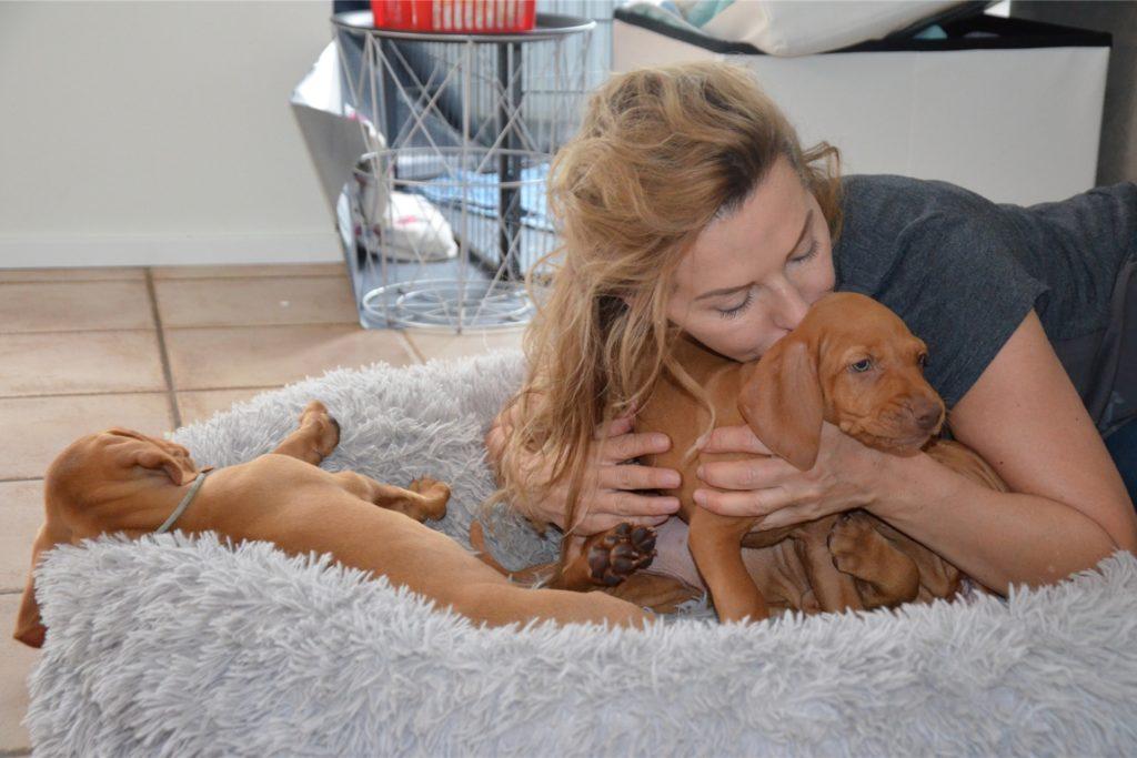 Désirée Wolf mit ihren Hundewelpen