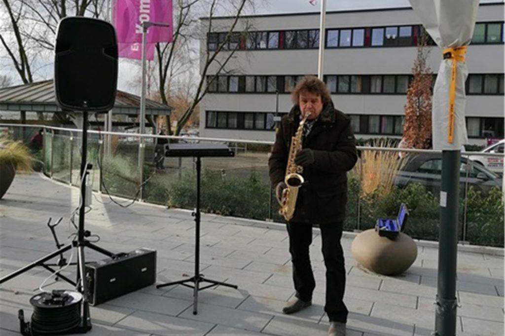 Ricky Kunze bei seinem kleinen Konzert vor dem Evangelischen Krankenhaus.