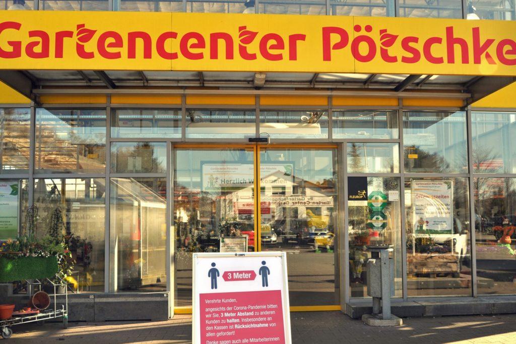 Das Gartencenter Pötschke in Lichtendorf verkauft wie hier beim ersten Lockdown im Frühjahr  weiterhin Zimmerpflanzen und Schnittblumen sowie außerdem Weihnachtsbäume.