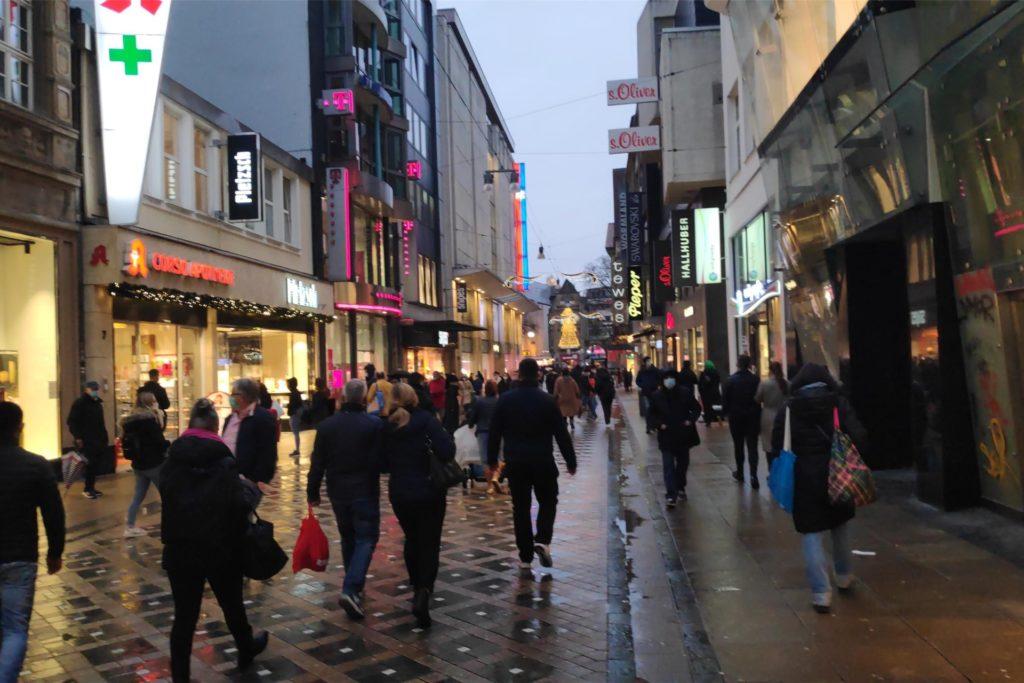 Trotz Regen ist in der Innenstadt einiges los.