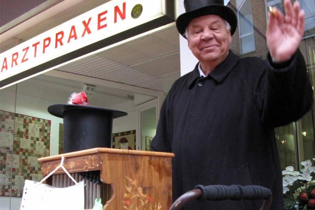 Das war vor Corona: Jürgen Ortlepp - wie immer beim Spendensammeln für das Kinderhospiz in Olpe.