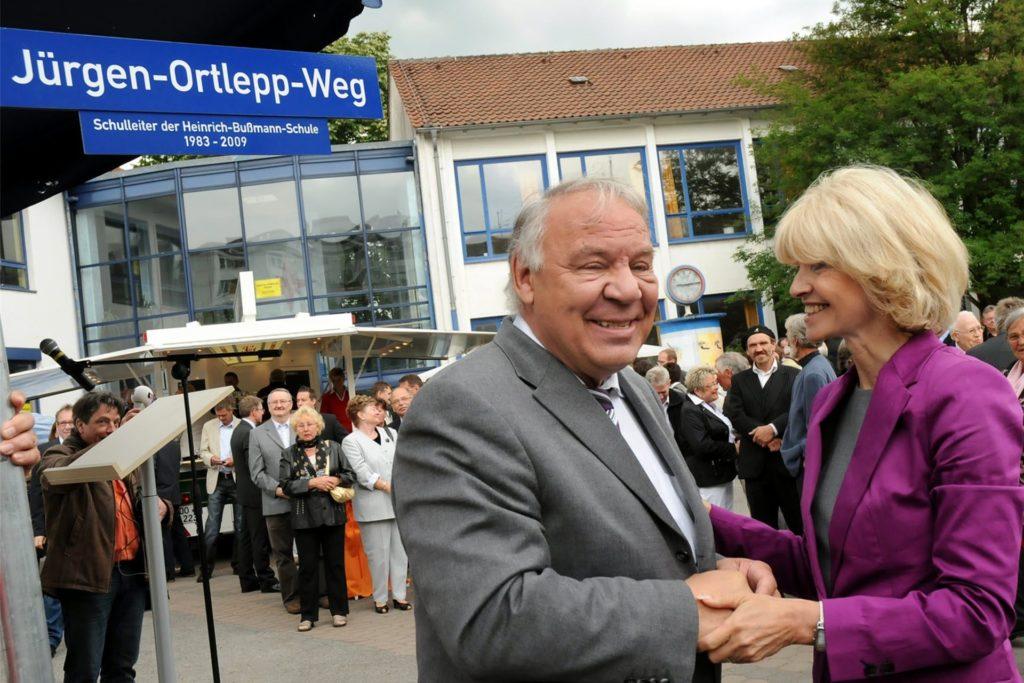 """Das war 2011: Schulministerin Barbara Sommer bedankte sich bei dem in den Ruhestand wechselnden Jürgen Ortlepp und sagte: """"Meine aufrichtige Verehrung und Hochachtung vor Ihrem pädagogischen Impetus."""""""