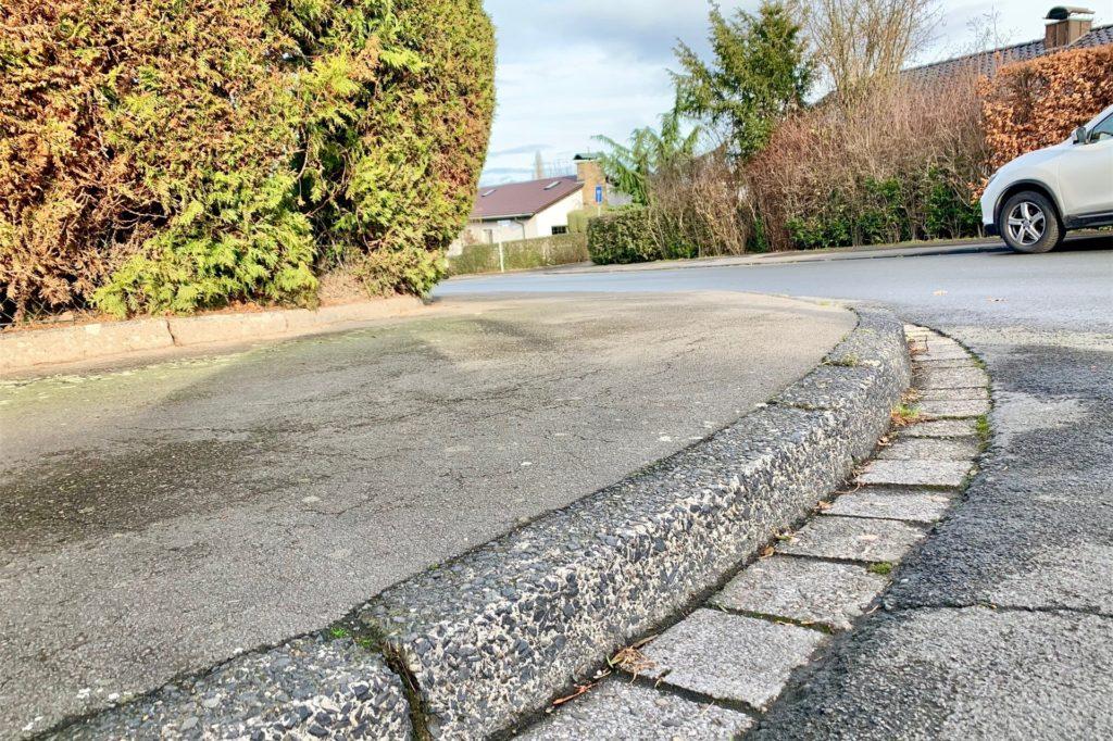 Mit Rollstuhl, Kinderwagen oder Rollator ist so eine Bordsteinkante ein großes Hindernis.