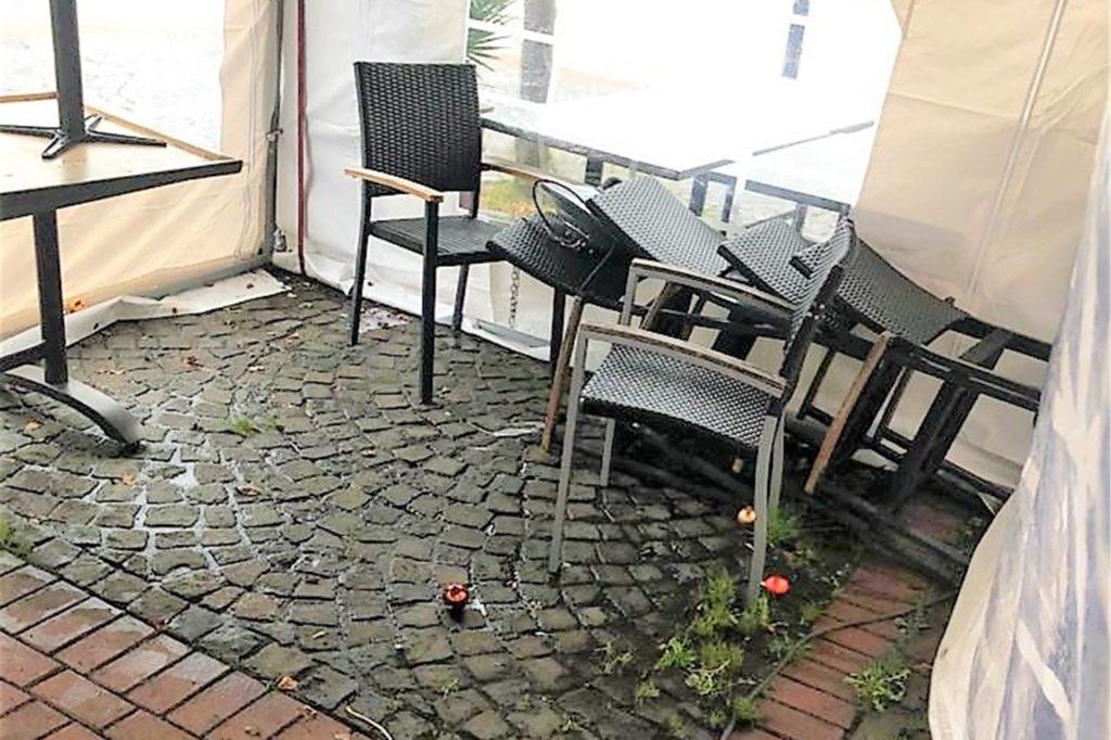 Auf dem Boden der Pizzeria Enzo in Lütgendortmund verteilten sich die Weihnachtskugeln. Stühle wurden umgeschmissen.