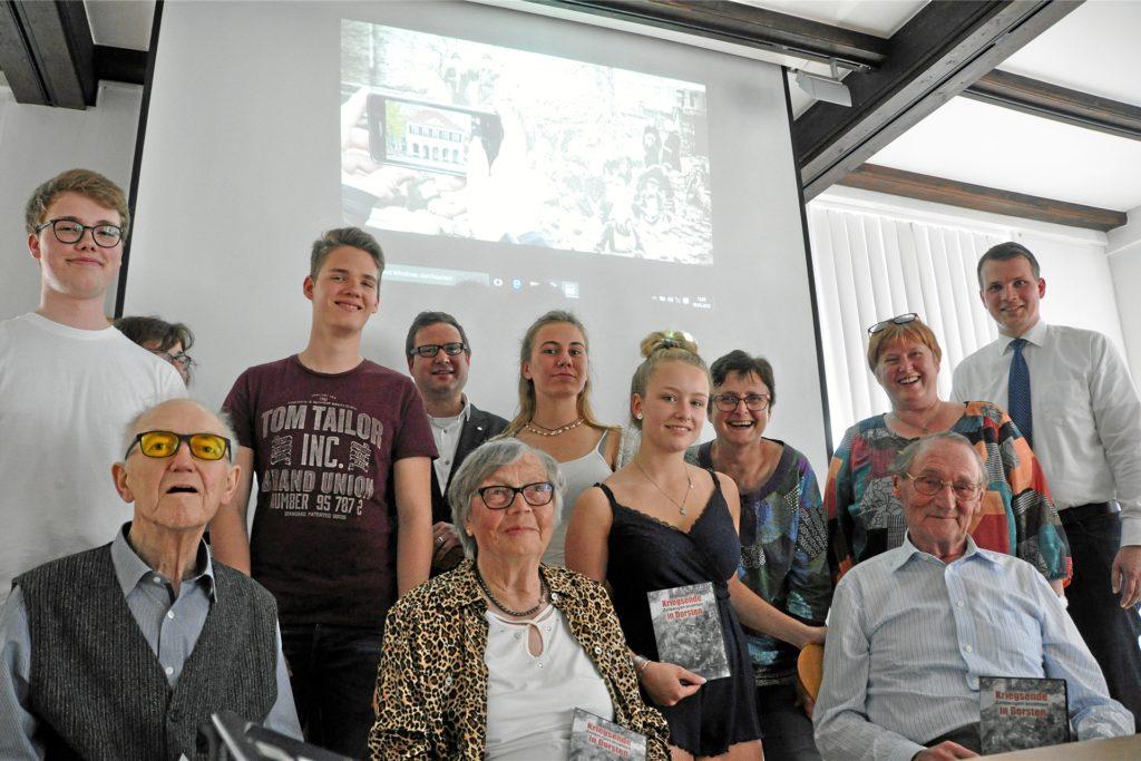 Henriette Schwark (vorne Mitte) sorgt dafür, dass Geschichte nicht verlorengeht. Hier bei einem Informationsnachmittag über die Bombardierung von Dorsten und Wulfen für St.-Ursula-Schüler zusammen mit Hermann Grewer (li.) und Heinz Kleine-Voßbeck.
