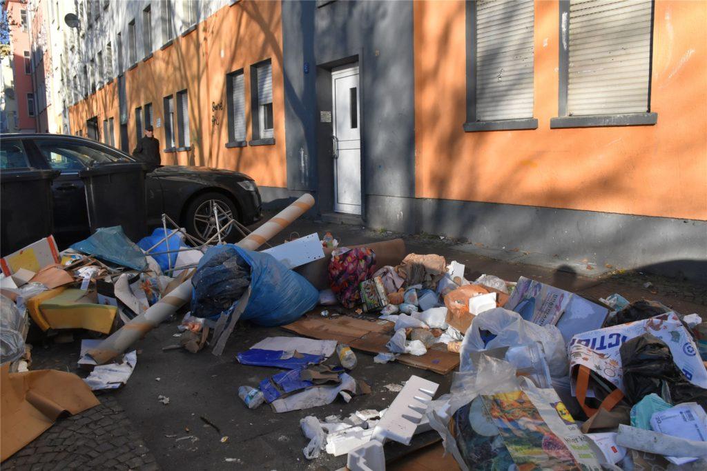 Müllberge häufen sich vor dem Haus in der Schleswiger Straße, in der sich am Dienstagabend eine Massenprügelei ereignet hat.