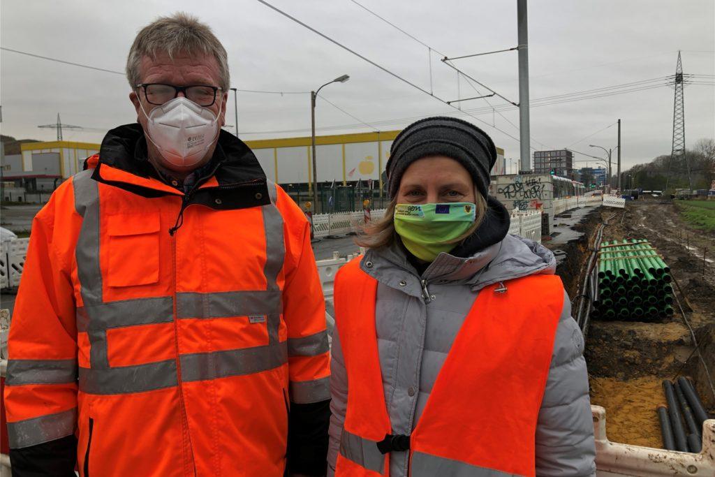 Bauleiter Franz-Josef Heimann und Tiefbauamtsleiterin Sylvia Uehlendahl informieren über den Stand der Dinge an der Baustelle auf dem Hellweg zwischen Brackel und Asseln
